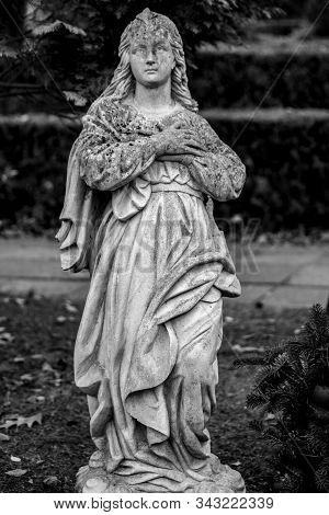 Friedhof Tegel, Berlin, Germany - November 29, 2018: Statue Of A Mourning Woman On A German Graveyar