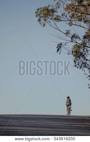 Ciclista Subiendo La Cuesta En Un Día Despejado.