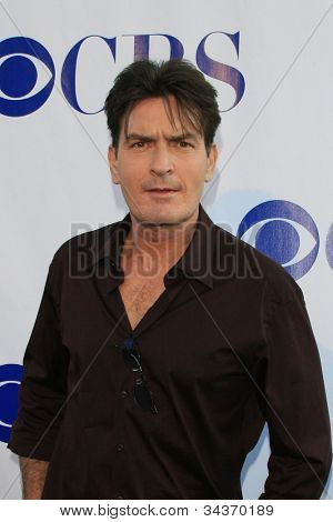 LOS ANGELES - 19 de julio: Charlie Sheen llegando a CBS verano prensa Tour estrellas Party 2007 en el W