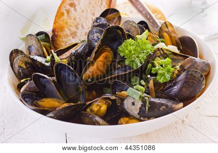 mussels cooked in red sauce