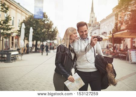 Tourist couple enjoying sightseeing and exploring city