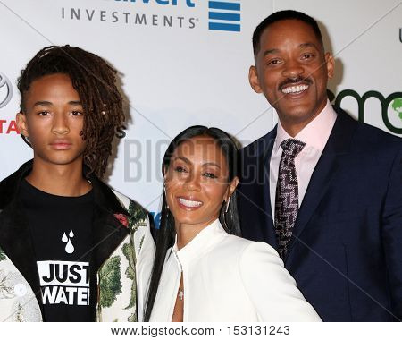 LOS ANGELES - OCT 22:  Jaden Smith, Jada Pinkett Smith, Will Smith at the 26th Annual Environmental Media Awards at Warner Brothers Studio on October 22, 2016 in Burbank, CA