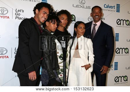 LOS ANGELES - OCT 22:  Trey Smith, Willow Smith, Jaden Smith, Jada Pinkett Smith, Will Smith at the 26th Annual Environmental Media Awards at Warner Brothers Studio on October 22, 2016 in Burbank, CA