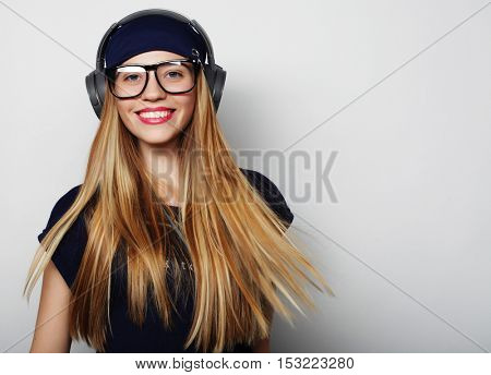 Woman with headphones listening music.
