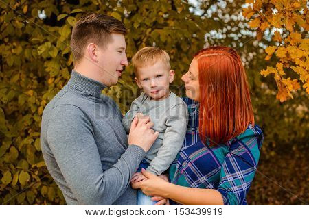 family prtrait of three in the fall