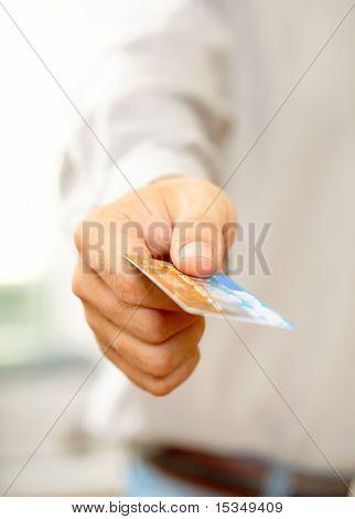 Hand mit Kreditkarte. Shallow DOF