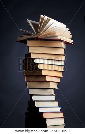 Stapel von Büchern auf schwarzem Hintergrund