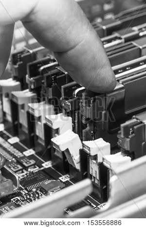 server maintenance, removing the memory module from the system board, closeup