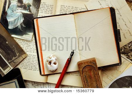 Vintage Background with alte Notiz-Buch, Bücher, Postkarten, Fotografien, Stift, Stift-Holzkoffer und Stein
