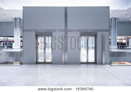 Lift deuren op een bovenste verdieping in een business center.