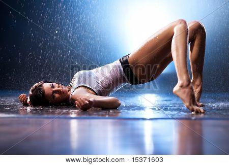 Junge sexy Frau. Wasser Studio Foto.