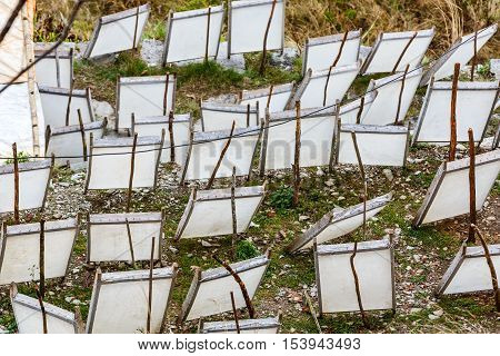 Drying papers in wooden frames made with traditional manufacturing