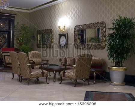 Sofa und Sessel im Flur