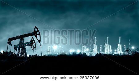 Bomba gato y refinería de Grangemouth en la noche.