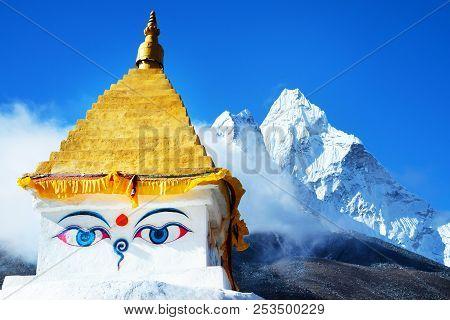 Stupa Near Dingboche Village With Prayer Flags And Mounts Kangtega And Thamserku - Way To Mount Ever