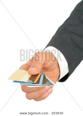 Biznesmen ręka trzyma karty kredytowe