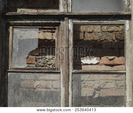 Old Brick-lined Window In Old Apartment House. Old Architecture. Grunge Architectural Background. Gr