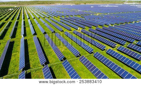 Long Perspective Rows Of Solar Panel Farm Providing Clean Renewable Energy For Austin , Texas - Gree