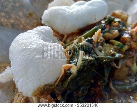 Rjuak Uleg, Traditional East Javanese Food, (indonesian Food, Asia) With Kerupuk. Indonesian Salad W