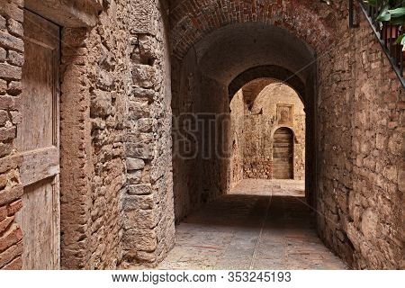 Todi, Umbria, Italy: Ancient Narrow Alley With Underpass In The Medieval Italian Town - Picturesque