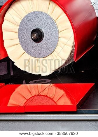 Modern Disk Polishing Machine Bright Red For Finishing Grinding And Polishing The Facade Of Furnitur