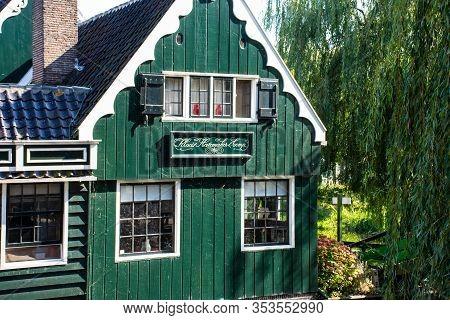 Zaanse Schans, Netherlands - 1 October 2019: Traditional Dutch Rural House In Zaanse Schans, Is A Ty