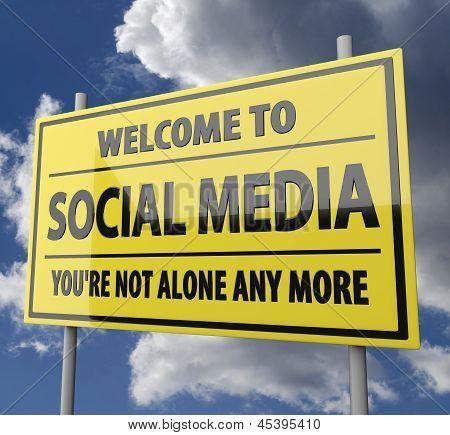 Straßenschild mit Worten Willkommen Social Media auf blauer Himmel Hintergrund