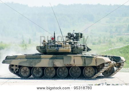 Tank T-80s moves