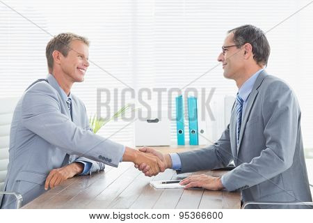 Concluding a contract between two businessmen in an office