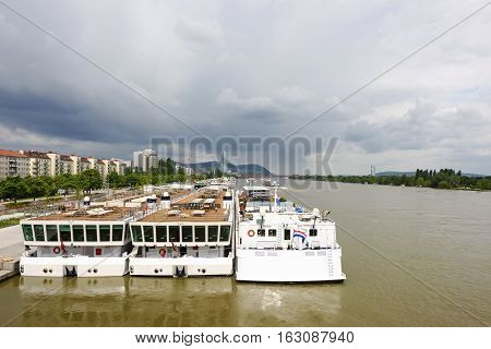 Photo view on danube river with ferryboat, vienna, austria