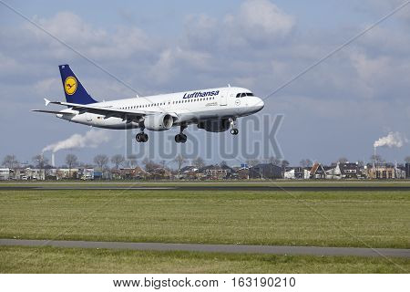 Amsterdam Airport Schiphol - Lufthansa Airbus A320 Lands