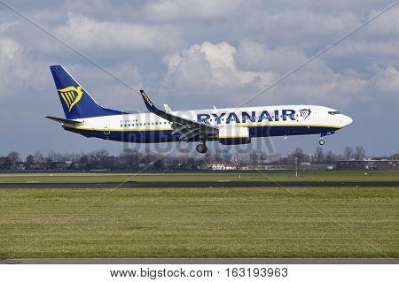 Amsterdam Airport Schiphol - Ryanair Boeing 737 Lands