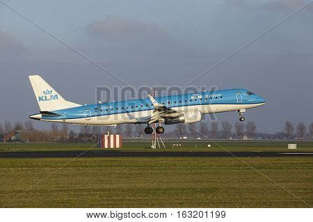 Amsterdam Airport Schiphol - Klm Cityhopper Embraer 190 Lands