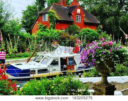 Sonning lock keepers cottage river Thames Berkshire