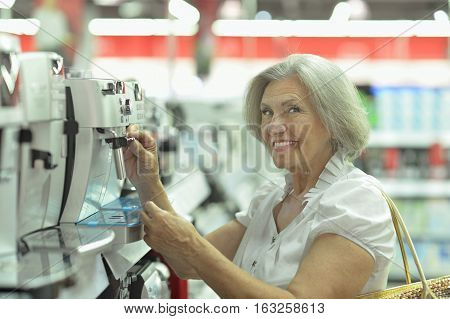Portrait of a mature woman in mall do shopping