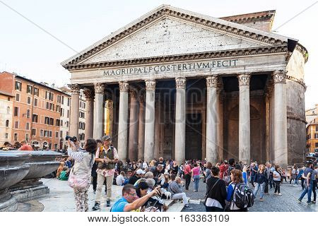 Many Tourista Near Pantheon Building In Rome
