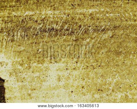 arena húmeda con salpicaduras  y huellas de automovil