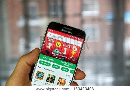 MONTREAL CANADA - DECEMBER 23 2016 : The best of 2016 on Google market. Best apps of the year on Samsung S7 screen.