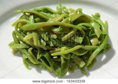 steamed french beans seasoned with olive oil