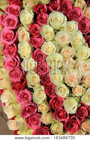Roses in different shades of pink in a big wedding centerpiece