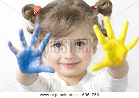 Kleine Mädchen spielen mit Farben