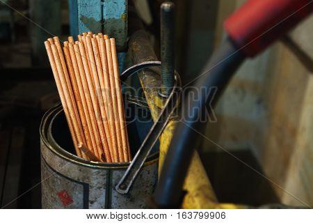 Gouging carbon electrode rodsUsed in industrial metal steel in can