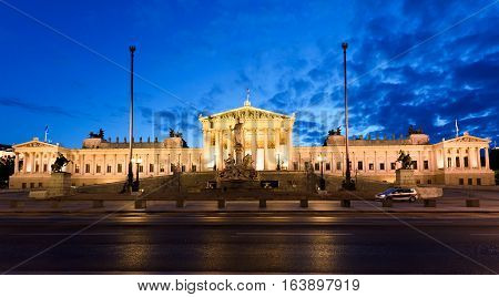 Photo view on historic building of the austrian parliament in vienna at night