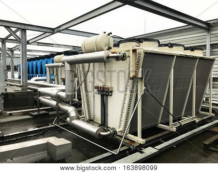 Refrigeration system and heat pump with pipeline of air conditioning