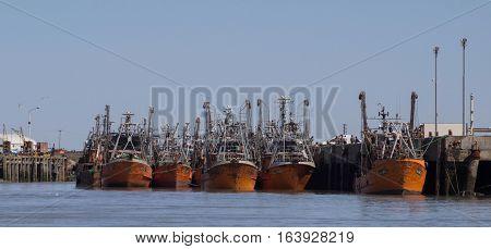Navios pesqueiros atracados no porto em Rawson, na província de Chubut, na Patagônia Argentina.