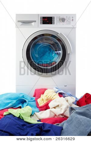moderne Waschmaschine mit Kleidung
