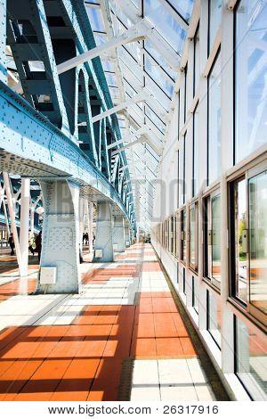 Metallkonstruktionen auf der blauen Brücke