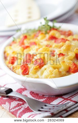 Macaroni and cheese with tomato in the baking dish