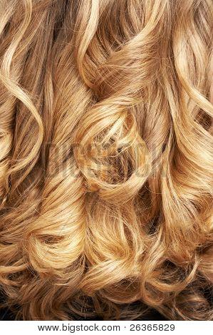 close-up de cabelo loiro encaracolado