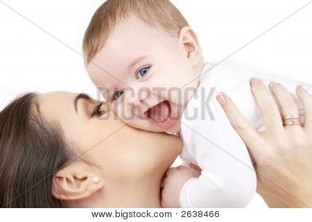 Lachende Baby Spiel mit Mutter